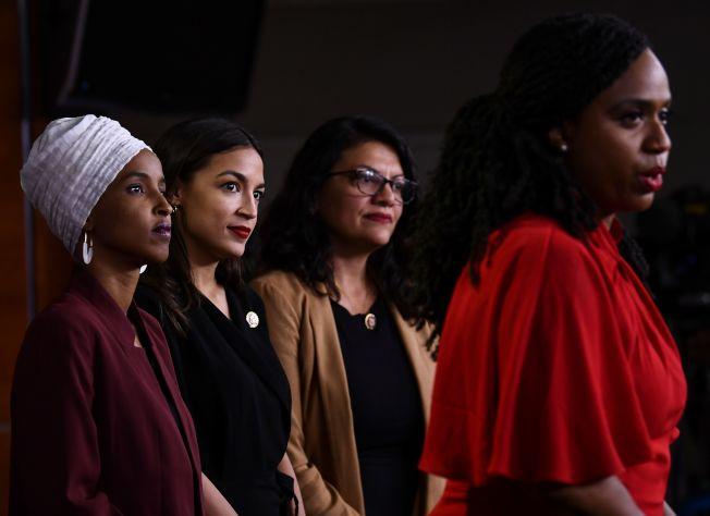 同樣具有少數族裔背景的明州國會眾議員歐瑪(左起)、紐約州歐凱秀、密西根州眾議員特萊布、麻州聯邦眾議員普斯莉組成的「四人幫」,堅持對川普總統分化族裔的立場反對到底。(Getty Images)