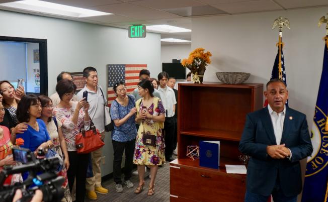 國會眾議員喜吉利(右一)21日舉行辦公室開放日,吸引不少華裔民眾參與。(記者陳開/攝影)
