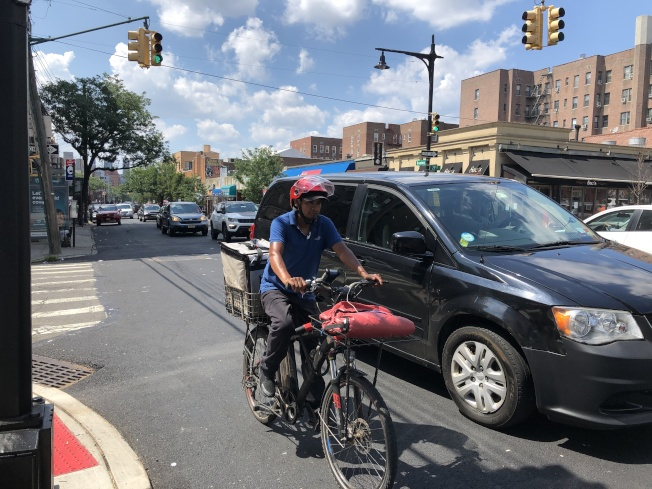 在紐約市各個社區都可看到單車騎士與汽車爭道的情形,相當危險。(記者顏嘉瑩/攝影)