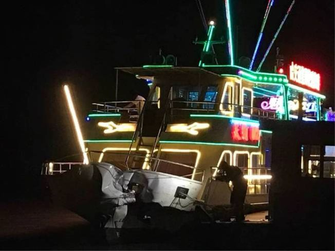 哈爾濱一艘觀光遊船與一艘運沙船在松花江上相撞。(取材自微博)