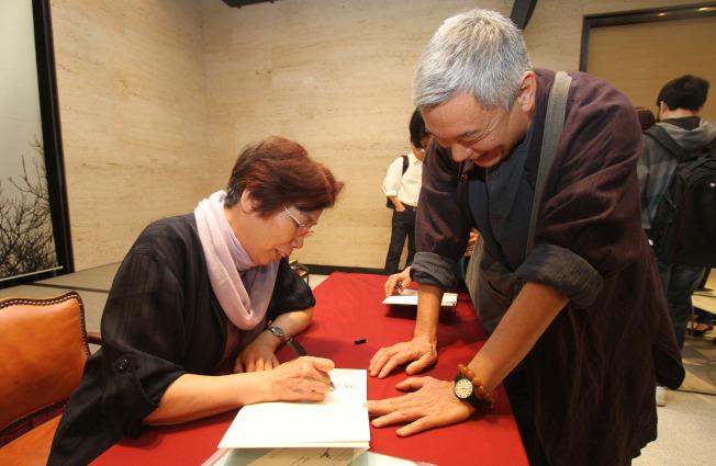 以《往事並不如煙》、《伶人往事》等書聞名的中國作家章詒和(左)。(本報資料照片)
