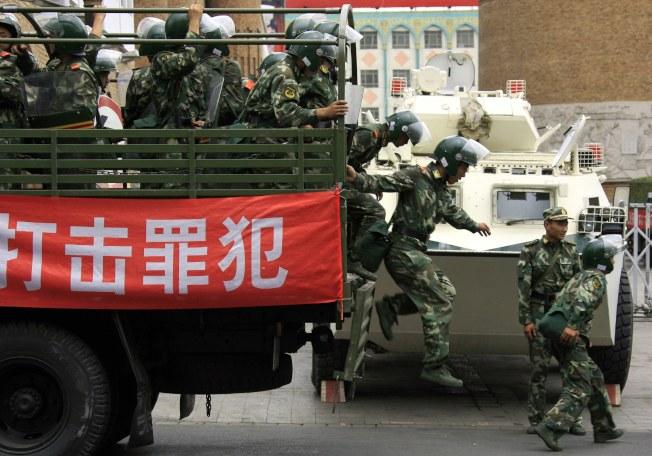 當局在新疆加強維穩,外媒批評中國在新疆「建起了世界最大的監獄」。(路透資料照片)