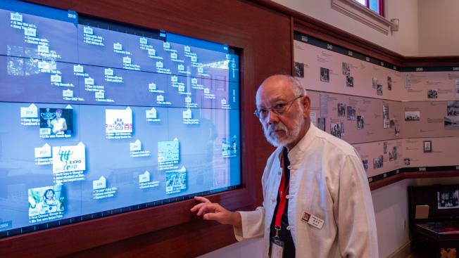 文物館利用觸摸屏展示歷史大事件。(記者梁雨辰/攝影)