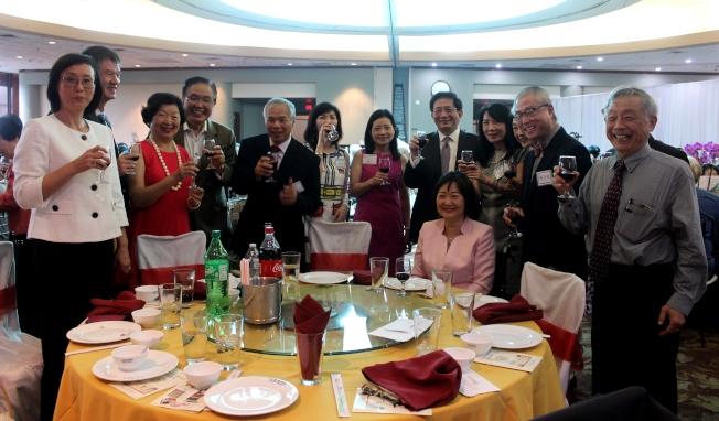 管中閔(右五)逐桌敬酒感謝休士頓各界領袖共襄盛舉。(記者盧淑君/攝影)