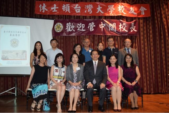 管中閔(前排左四、三、二)周家蓓、劉寧及校友嘉賓們合影。(記者盧淑君/攝影)