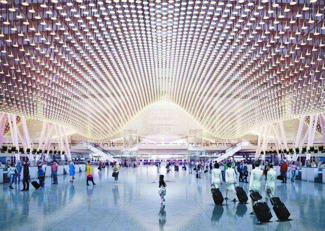 桃機第三航廈出境大廳亮點「雲頂天花板」,造價高昂、維護麻煩,桃機研擬更改設計。(圖:桃機提供)