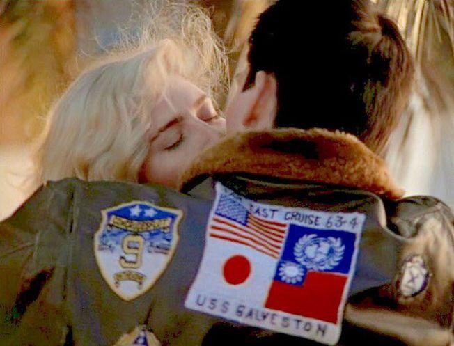 湯姆克魯斯主演的80年代經典電影「捍衛戰士」,劇中代表性皮夾克背後布章原有中華民國和日本國旗。(取材自推特)