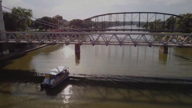 福和市一家旅遊公司19日起開始提供聖三河遊船之旅,讓市民與遊客在戶外活動方面又多了一個輕鬆愉快的選擇。(FOX 4 電視台)