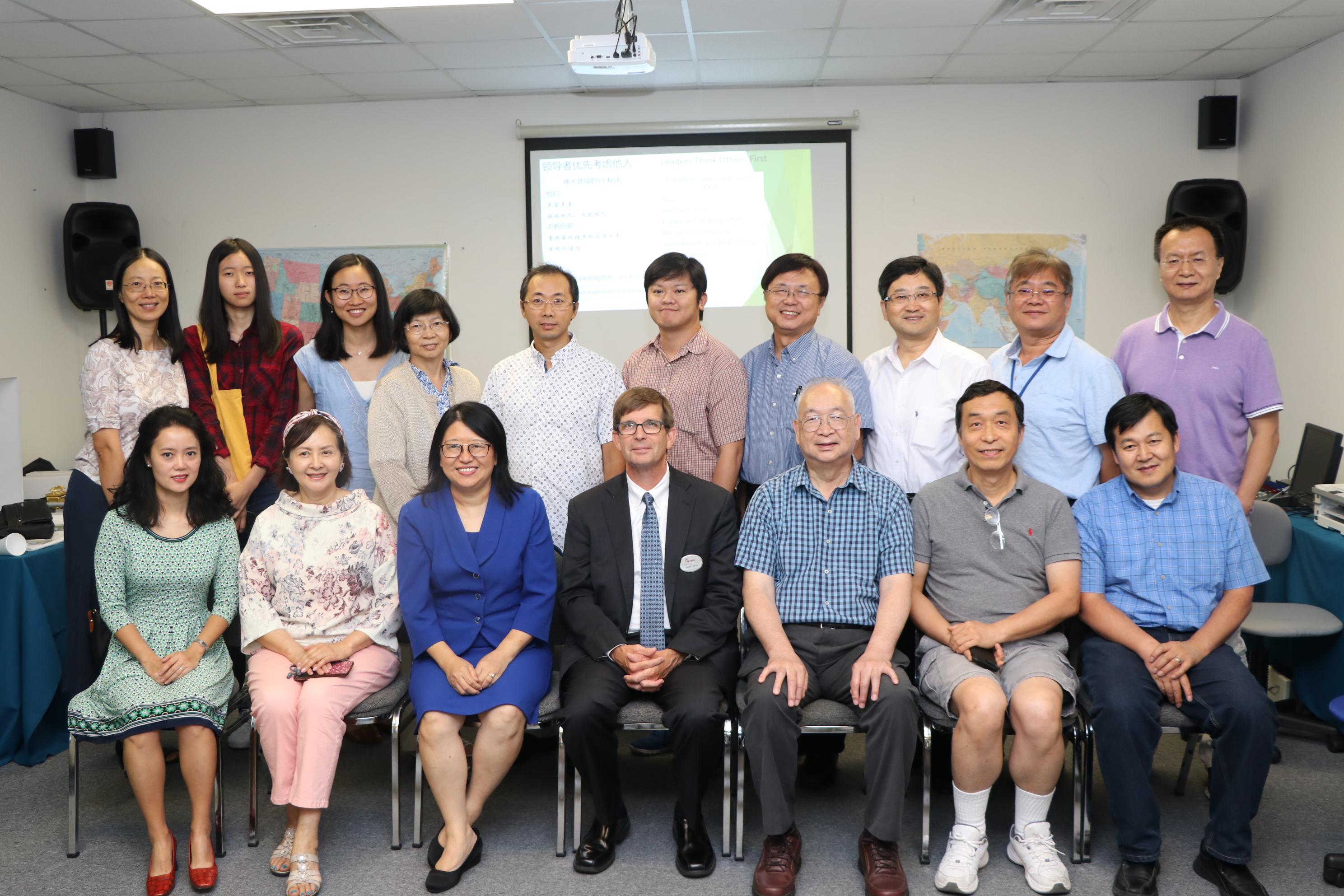 馮春梅(前排左三)提供自己的電腦公司會議室給國際基督徒華商協會使用,並和與會者合影。 (記者封昌明/攝影)