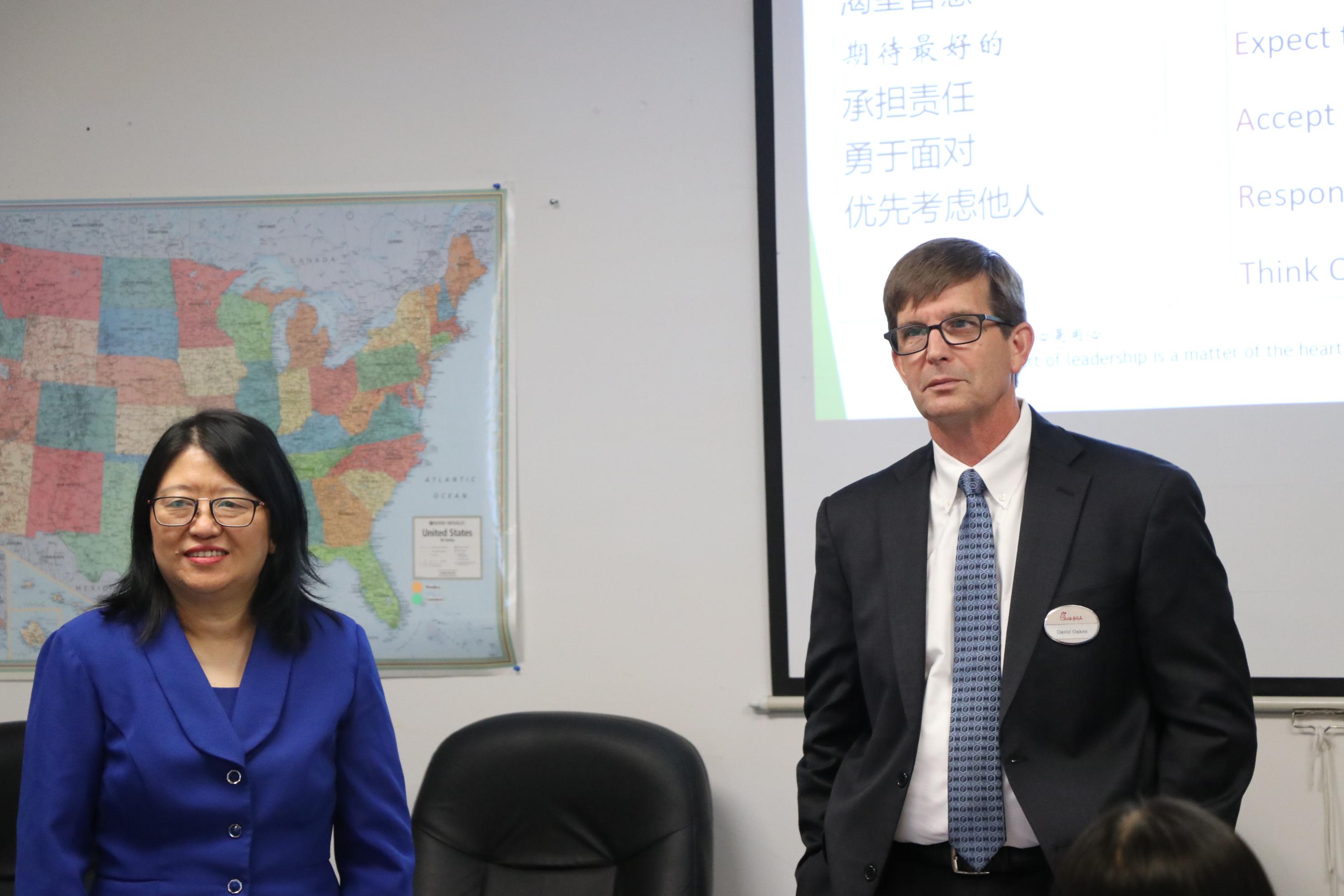 國際基督徒華商協會會長馮春梅(左)盛讚David Oakes(右)是一位傑出的基督徒企業家,是大家學習的榜樣。(記者封昌明/攝影)