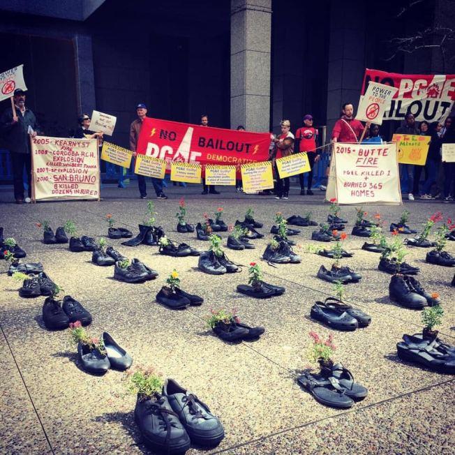 社區組織此前在太平洋瓦電召開董事會時抗議其未負擔責任,用85雙鞋子寓意並紀念坎普山火中喪生的民眾。(何晶晶供圖)