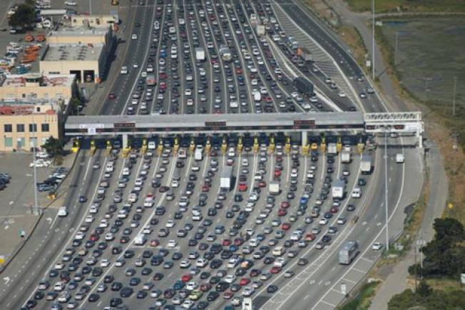 灣區的塞車越來越嚴重,海灣大橋收費站的交通,破曉前開始堵,一直堵至9時、10時,單是早上就至少塞5小時。(Getty Images)