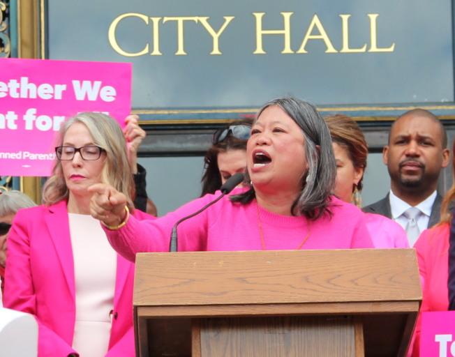市議員李麗嫦(中)與浦慧理(左)提出在市府內創立「種族平等辦公室」。(本報檔案照片)
