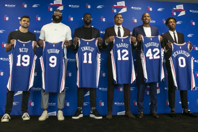 有霍福德(右二)和理查森(右一)加入,哈里斯(右三)認為七六人是東區最強球隊。(美聯社)