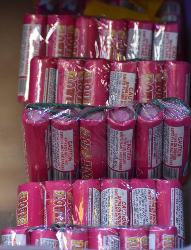 商家指出,多名非裔青少年經常沿路滋擾商店,向店裡拋擲圖中的小煙火。(記者李秀蘭/攝影)