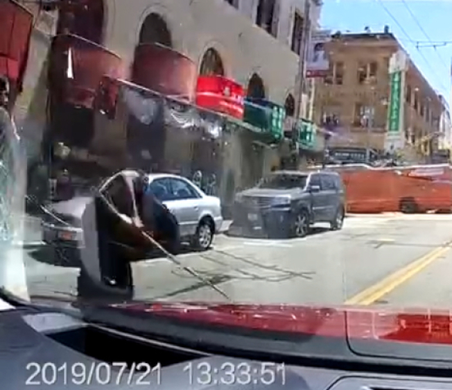 汽車錄影機拍到嫌犯的影像,為一名非裔。(讀者提供)