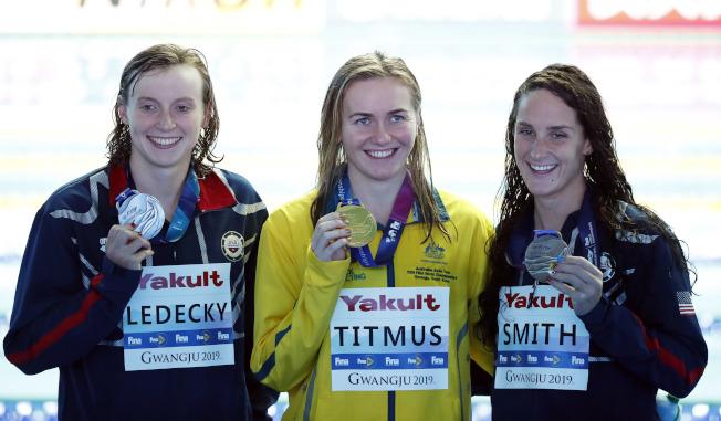 澳洲18歲小將提姆絲(中)以1.21秒擊敗萊德琪(左),拿下女子400米自由游金牌,右為拿下銅牌的美國選手史密斯。(路透)