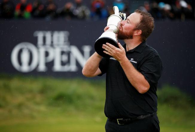 勞瑞親吻著英國公開賽的葡萄壺獎盃。(路透)