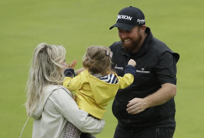 勞瑞(右)拿下比賽勝利後,和妻子及女兒相擁。(美聯社)