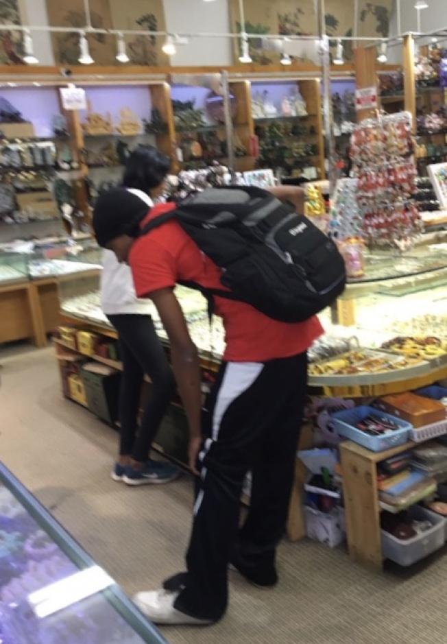 非裔青少年經常走進華埠商店偷竊及滋擾,每名商家都非常困擾。(商家提供)