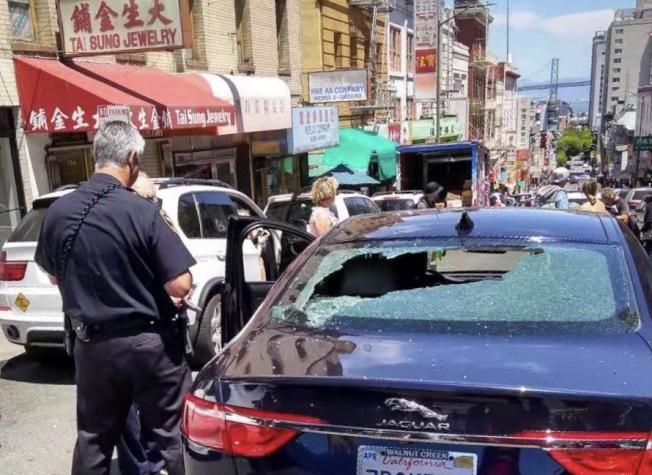 汽車被打破後面玻璃。(讀者提供)