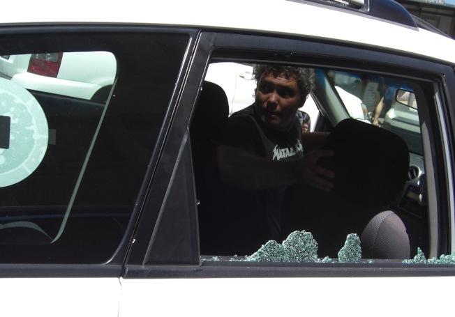 白色Uber汽車則被打破乘客後座的玻璃窗。(讀者提供)