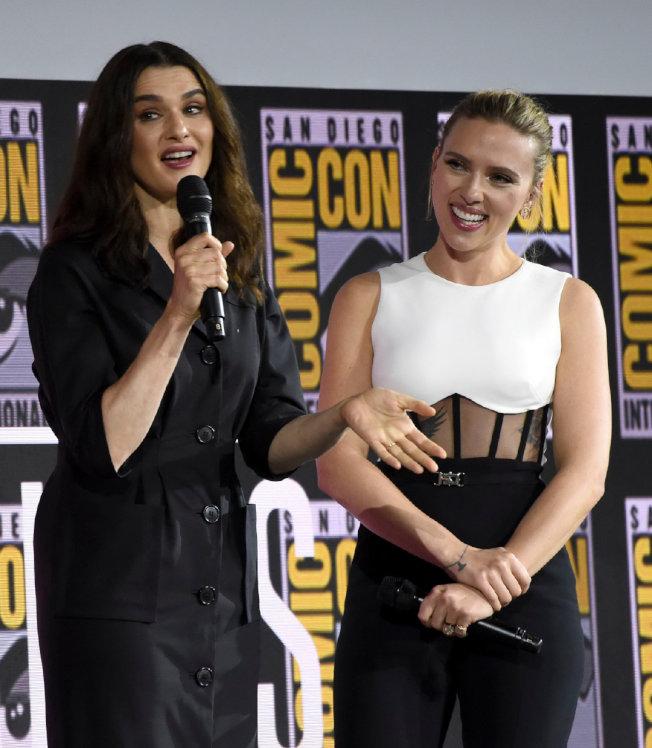 英國影星瑞秋懷茲(左)加盟「黑寡婦」,角色名Melina ,可能出演的是反派。右為史卡莉喬涵森。(美聯社)