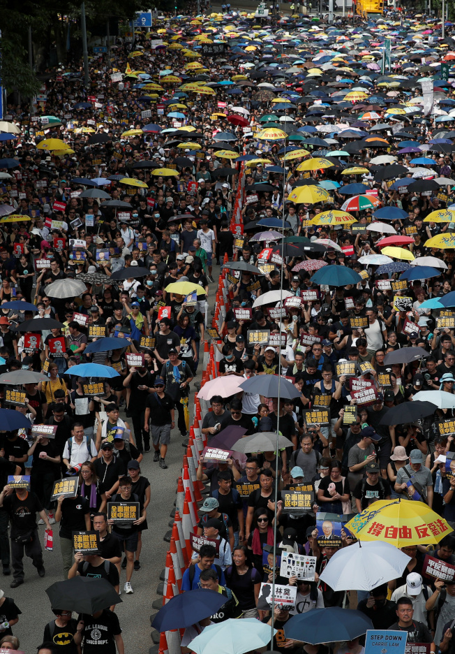 香港民陣21日再度發起「反送中」遊行,估計有43萬人參加,但警方認為遠低於此數 。(路透)