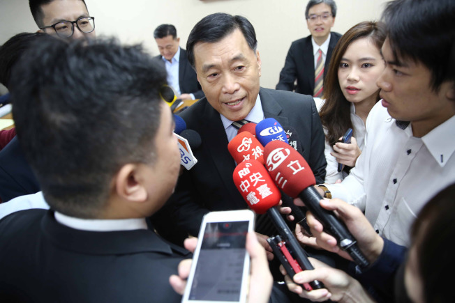 國家安全局長彭勝竹(中)於3月底赴立法院外交及國防委員會進行機密報告,事後並公開備質詢。中央社