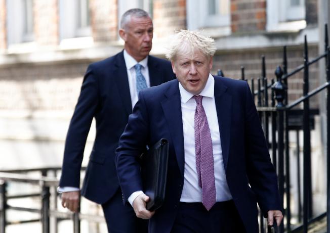 英國保守黨黨魁決選結果23日揭曉,前外相強生(右)料將勝出接任首相。路透