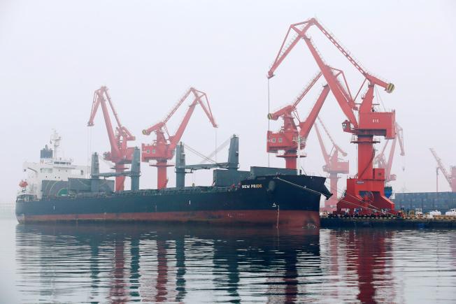 彭博資訊報導,伊朗雖遭制裁,仍設法讓油輪載運數百萬桶原油到中國的港口,卸至油罐後存放於保稅倉庫。圖為停靠青島港口的油輪。路透