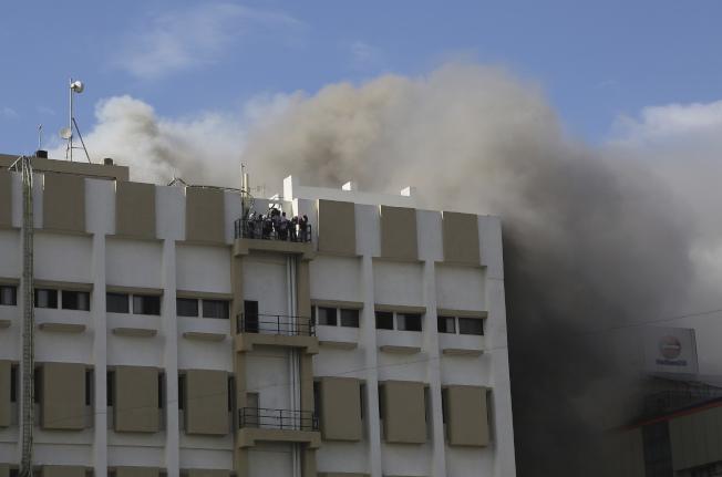 印度金融重鎮孟買今天發生火災,一棟9層樓政府辦公大樓起火燃燒。消防隊員擔心,恐仍有數十人受困火場。美聯社