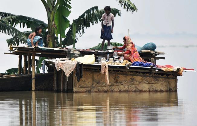雨季豪雨連日狂炸印度、尼泊爾、孟加拉和巴基斯坦,洪水與閃電已奪走超過680人性命。圖為印度東北部阿薩姆省受暴雨影響淹大水。Getty Images
