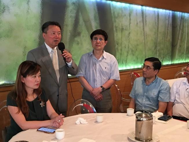 王志東(左二)向芝加哥地區關心章案的華人說明全案過程。(高潔/攝影)