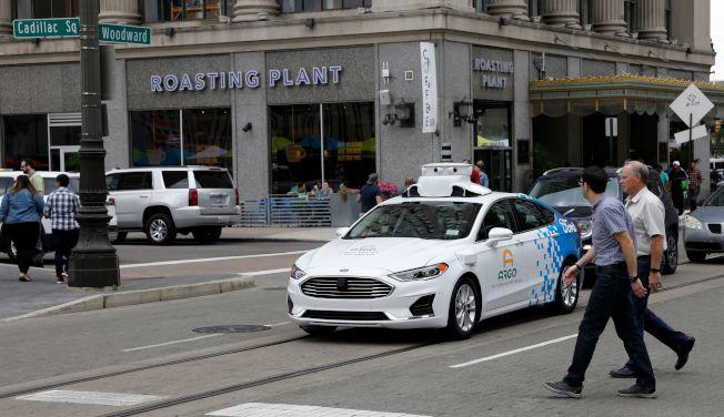福特汽車等大廠承認,自動駕駛汽車沒那麼簡單,發展不如想像的快,成本也比預估的高。圖為福特在底特律市區測試無人駕駛車Argo AI。(Getty Images)