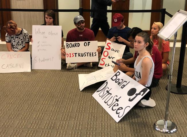 退役將軍卡斯倫被校董會選為南卡羅來納大學的校長後,許多師生表示反對。圖為學生靜坐舉牌抗議。(美聯社)