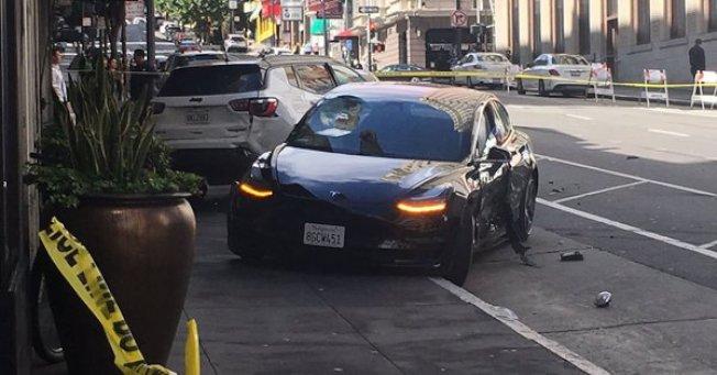 舊金山21日發生一起特斯拉車闖紅燈的致命車禍,警方目前調查重點在肇事車子當時是否處於「自動駕駛」模式。( 取自推特)