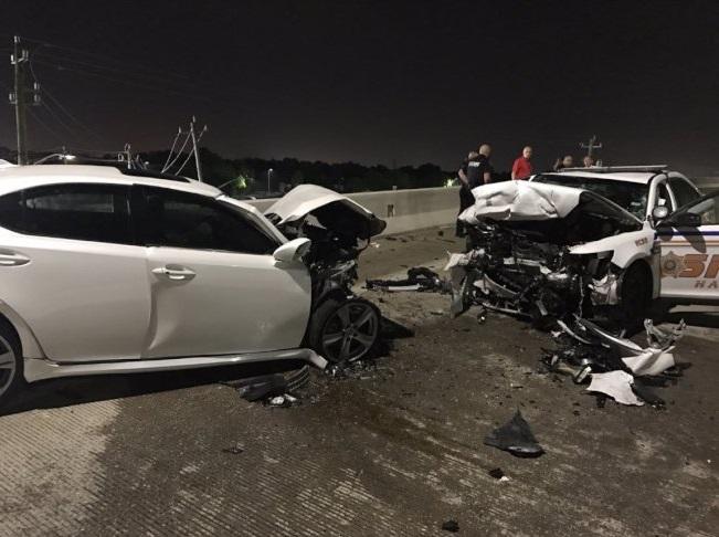 兩輛車車頭全毀,警車擠壓變形。(哈瑞斯警局提供)