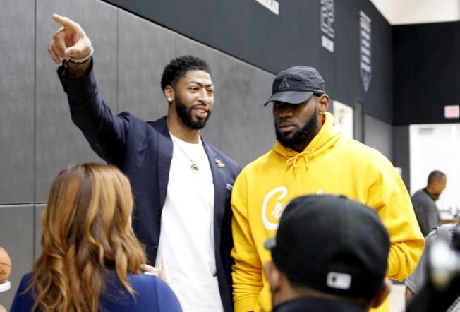 洛杉磯體育黃金時代來臨,圖左為湖人隊詹姆斯,右為戴維斯,兩人將成為下個賽季受矚目的焦點。(洛杉磯時報)