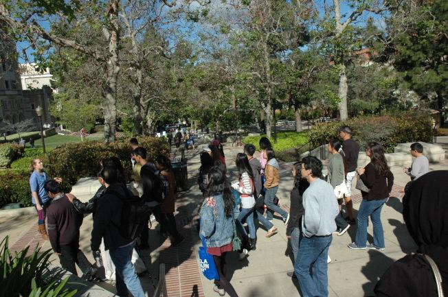 新生開放日,大批學生和家長來到洛加大校園。(記者丁曙/攝影)