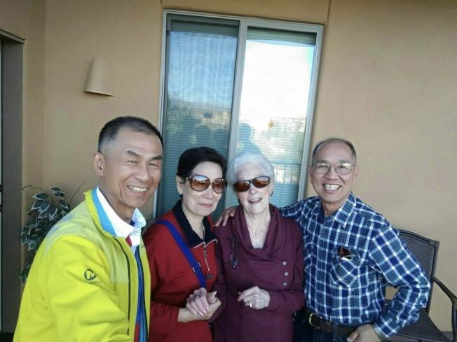 王振威(右一)與友人前往土桑拜會林德少將夫人Patricia Linder(右二)。(王振威提供)