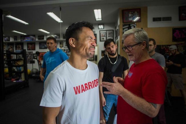 帕奎奧(左)和訓練師羅奇(右)在練習時交談。(Getty Images)
