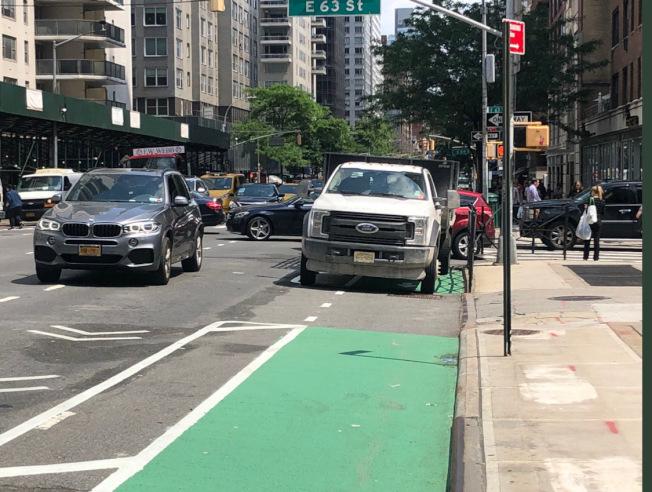 市警嚴打汽車占用單車道,兩周開出5673張罰單。(本報檔案照)