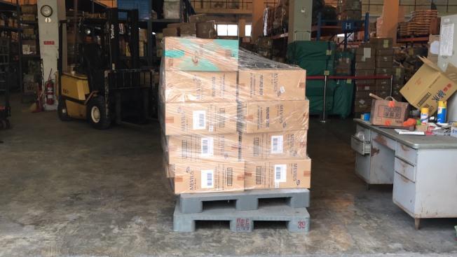 台國安局官員涉嫌夾帶9800條香菸闖關入境,被海關查扣存放在私貨倉庫。(讀者提供)