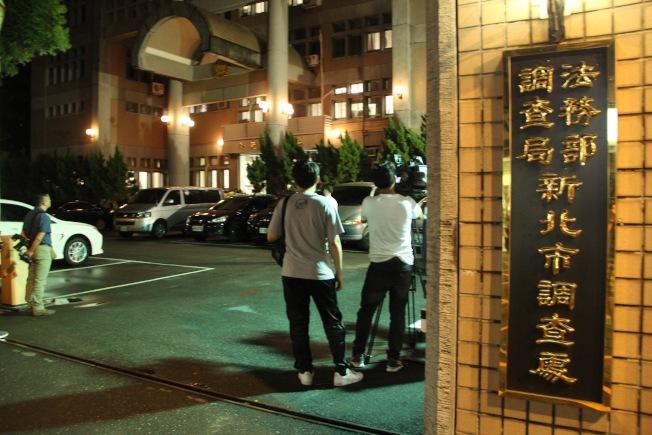 新北市調查處22日移送國安局走私官員。(記者陳俊智╱攝影)
