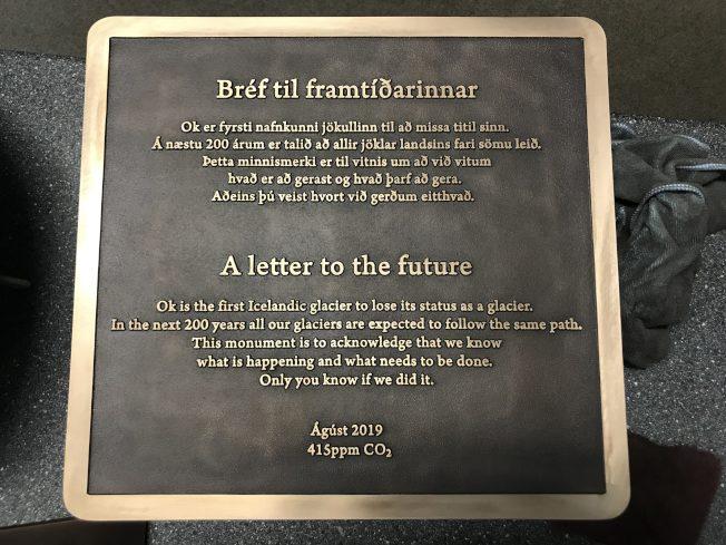 冰島紀念第一個因氣候變化而消逝的OK冰川,希望這塊名為「給未來的一封信」(A letter to the future)的紀念碑,能喚起世人對冰川衰退和氣候變遷影響的意識。(取自萊斯大學網站)