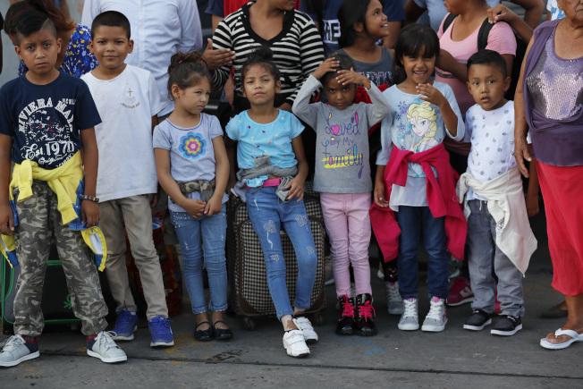 共和黨眾議員提出草案,強制要求外籍移民在美國邊境接受DNA檢測,確認家庭成員之間的血親關係,以遏止走私及販賣兒童問題。圖為準備隨家人到美國申請庇護的移民兒童。(美聯社)