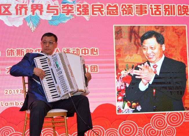 東北同鄉會會長楊萬青晚會上表演電子手風琴演奏《友誼地久天長》。(記者賈忠/攝影)