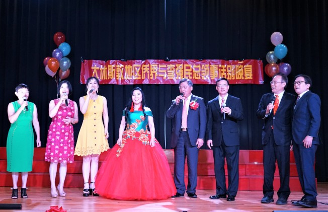 樊豫珍音樂教室學生特邀李強民一起合唱《送戰友》。(記者賈忠/攝影)