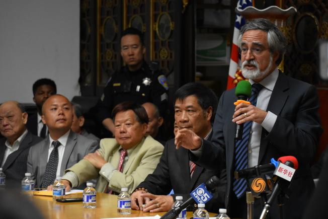 市議員佩斯金(右一)是唯一到場的民選官員,市長布里德缺席,由發言人李美生(左二)代表出席。(記者李秀蘭/攝影)